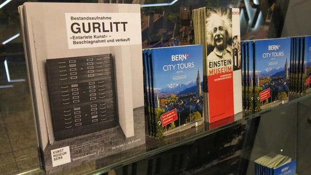 Kulturflyer neben Stadtführer nebeneinander.