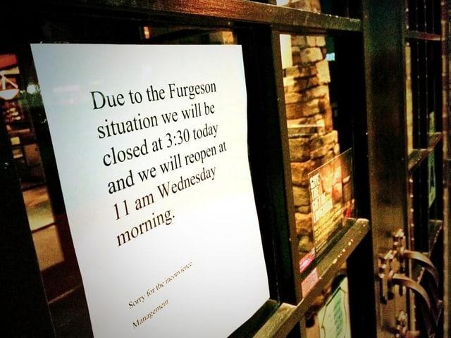 Ein Plakat hängt vor einem Restaurant.