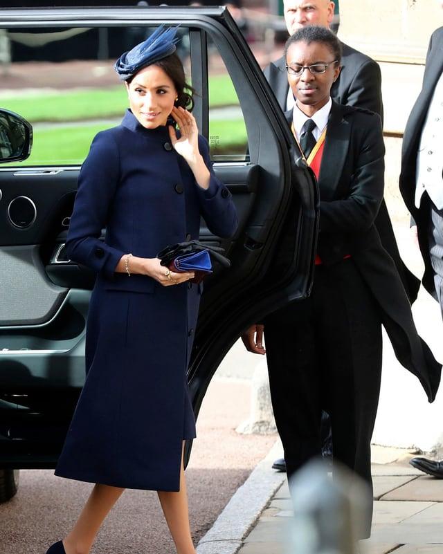 Meghan in blauem Mantel und Hut steigt aus Auto aus