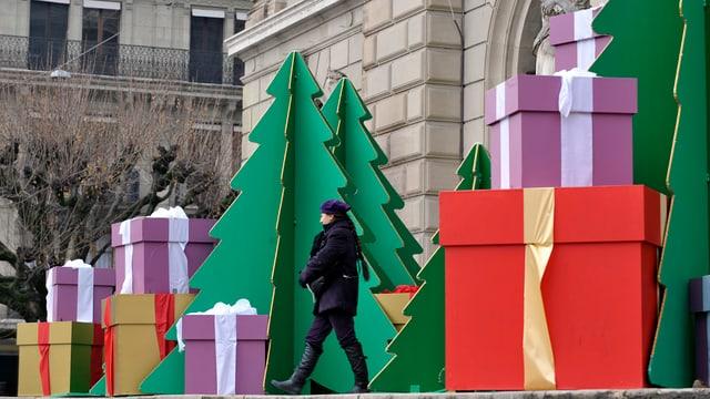 Grosse Geschenke stehen unter Weihnachstbäumen.