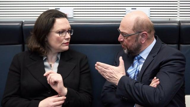 Purtret da Martin Schulz ed Andrea Nahles che sesan in dasper l'auter.