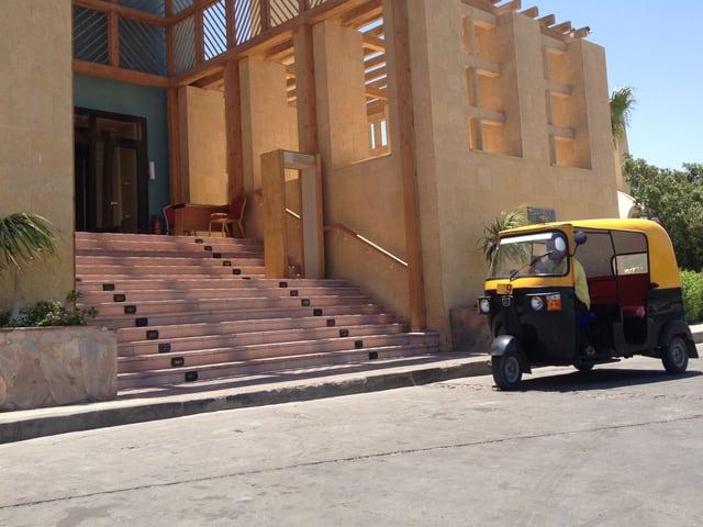 Tuktuk vor dem Eingang eines Hotels in El Gouna.
