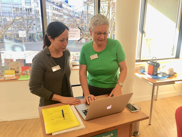 Zwei Frauen vor einem Laptop, Stadtbibliothek Basel