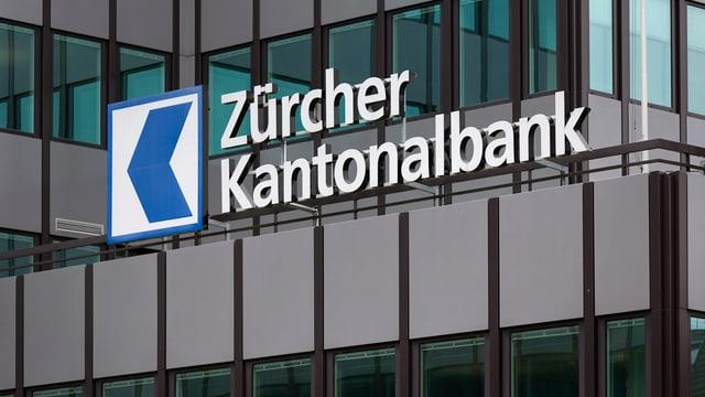 """moderne Gebäudefassade mit Schriftzug """"Zürcher Kantonalbank"""""""