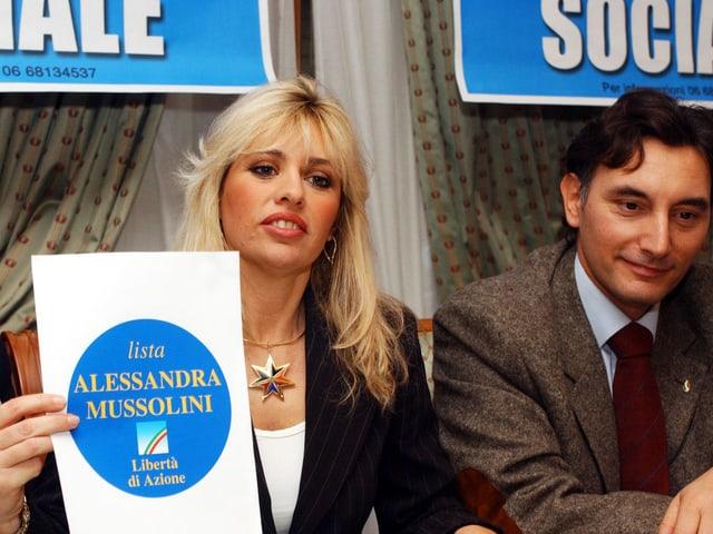 Mussolinis Enkelin Alessandra zeigt ihr Parteiprogramm.
