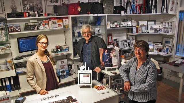 An der Theke seines Ladens. Peter Hunziker mit seiner Frau Margrith und Mitarbeiterin Cathy Frick.