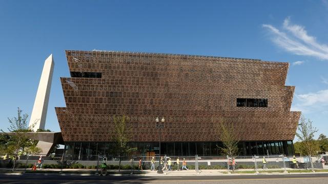 Der dreistöckige Bau sieht aus wie ein Kupfer-Block, der leicht eingeschnitten ist.