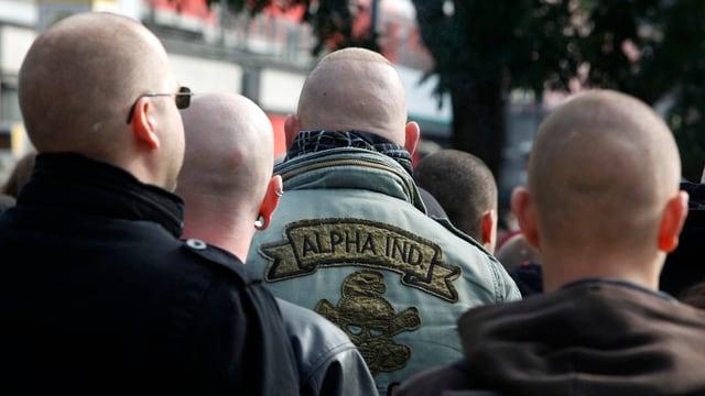 Skinheads von hinten.