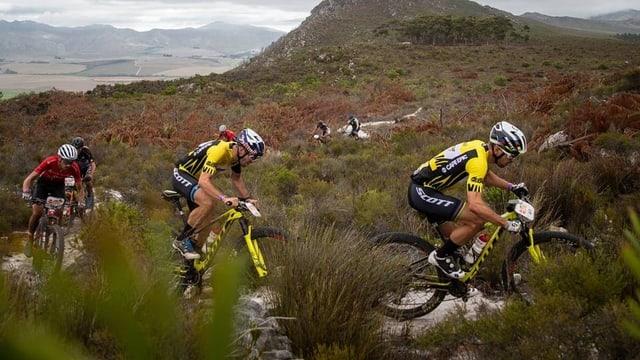 Nino Schurter e Lars Forster sin il mountainbike.