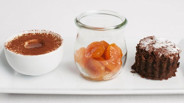 Whisky-Parfait, Dörraprikosenkompott, Sauerkraut-Schokolade-Kuchen.
