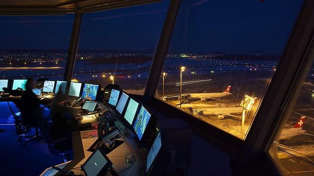 Blick auf den nächtlichen Flughafen aus den Fenstern des Kontrollturms.
