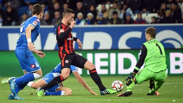 Haris Seferovic im Duell gegen Hoffenheim-Torwart Baumann.