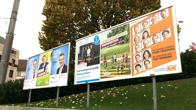 Wahlplakate nebeneinander aufgestellt.
