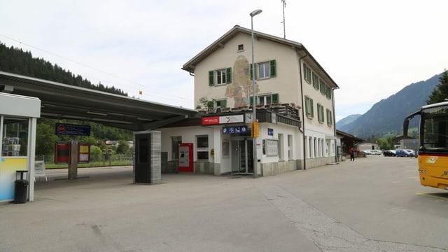 La chasa da la staziun in bajetg cun in tetg annex ed il kiosc.