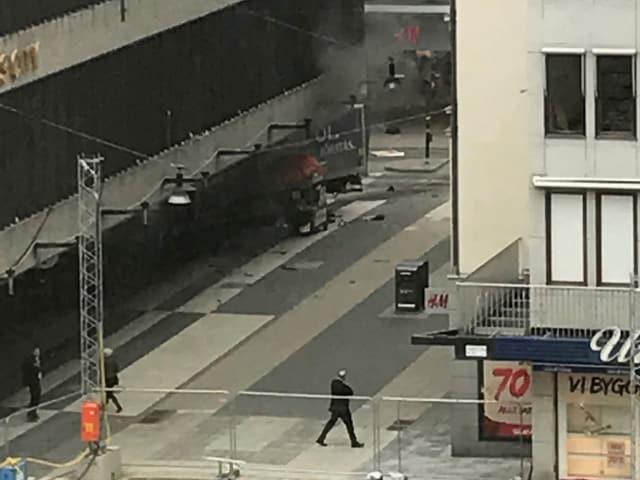 Aus dem ins Gebäude gerasten Lastwagen steigt Rauch.