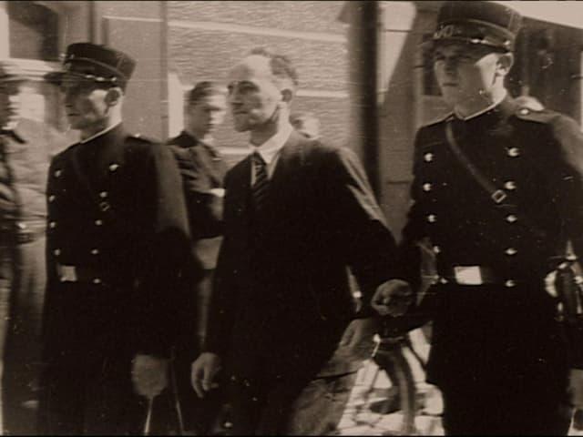 Hans Vollenweider umringt von Polizisten