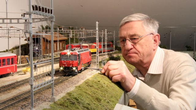 Bernhard Schäfer mustert einen Modellzug.