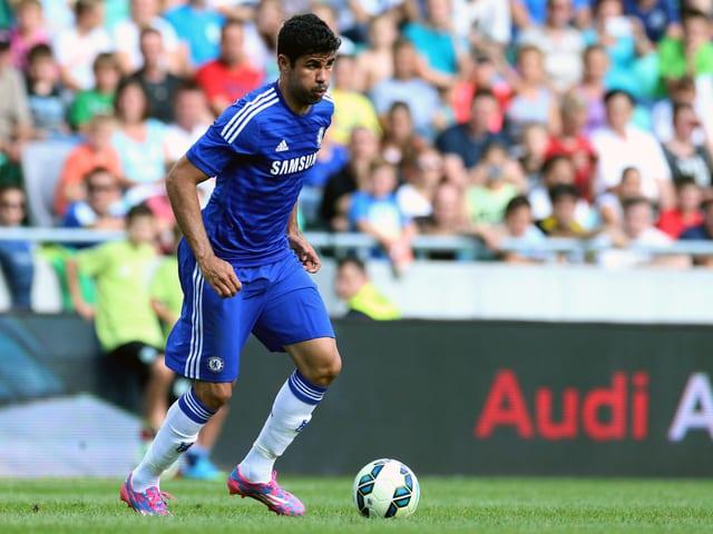 Diego Costa von Chelsea nimmt den Ball an.