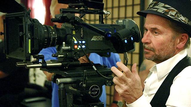 Regisseur Ulrich Seidl steht bei Dreharbeiten neben der Kamera.