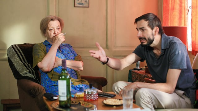Rosie und Sohn Lorenz sitzen an einem Tisch.