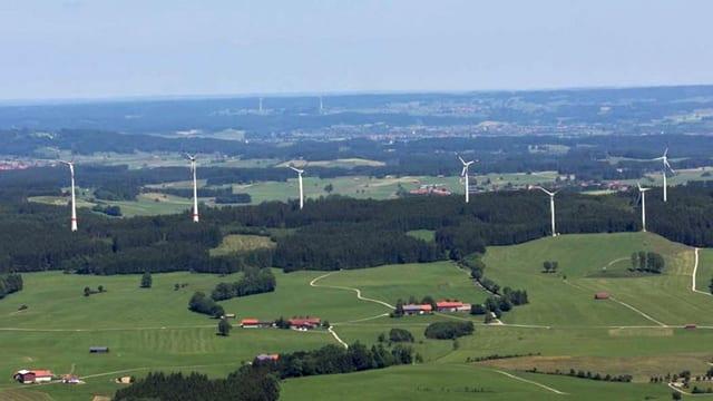 Hügelkette mit Windrädern