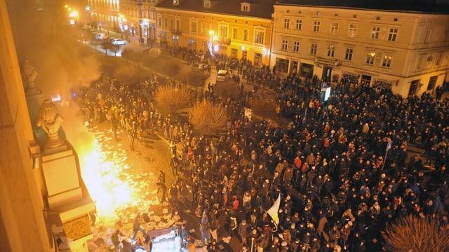 Feuer in Lemberg in der Nacht während einer Demonstration.