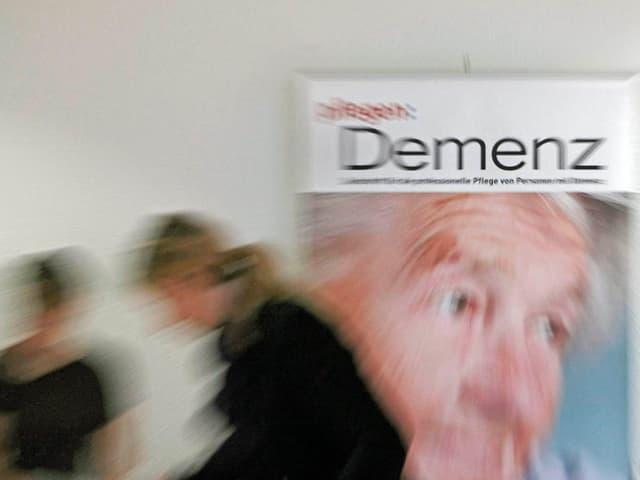 Ein Plakat an einer Tagung unter dem Motto «Aktiv für Demenzkranke».