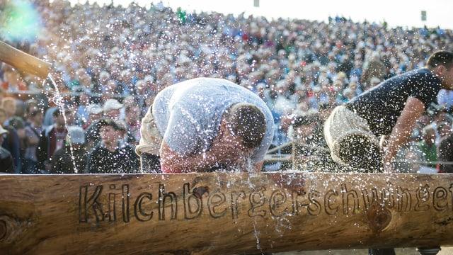 Ein Schwinger erfrischt sich an einem Brunnen
