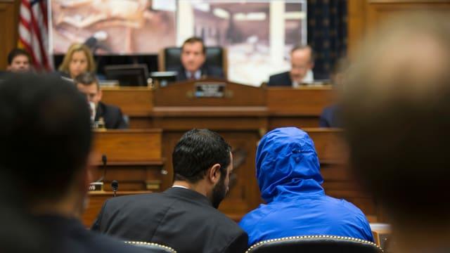 «Caesar» (in der blauen Jacke) bei einer Anhörung 2014 vor dem Ausschuss für auswärtige Angelegenheiten der USA.