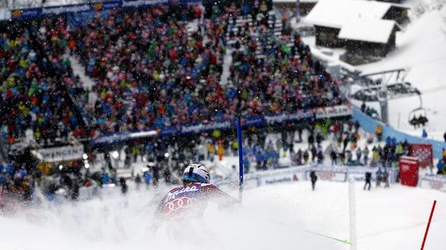 Sieger Henrik Kristoffersen im Schneestaub vor der gut gefüllten Tribüne.