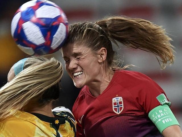 Norwegens Captain Maren Mjelde in einem Kopfballduell