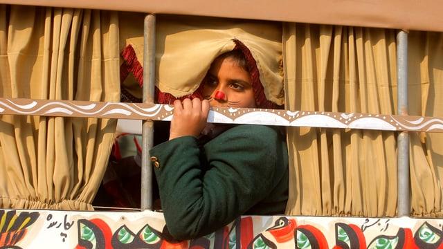 Ein pakistanischer Schüler blickt aus eine Bus