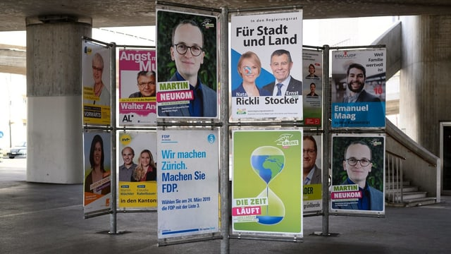 Verschiedene Wahlplakate.