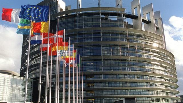 bajetg dal parlament a Strassburg cun las bandieras dals stadis commembers