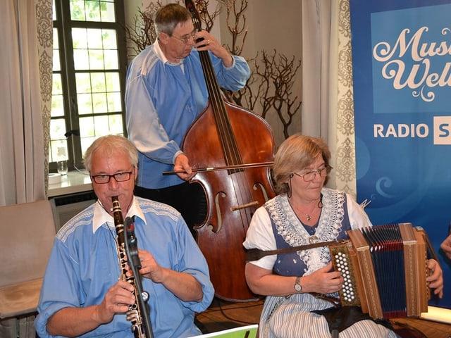 Ein Klarinettist, ein Kontrabassist und eine Schwyzerörgeli-Spielerin.