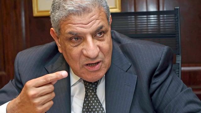 Der bisherige Wohnungsbauminister Ibrahim Mahlab gestikuliert während einem Gespräch. (reuters)