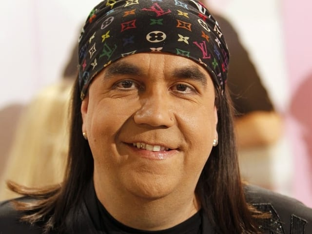 Mike Shiva lächelt in die Kamera.