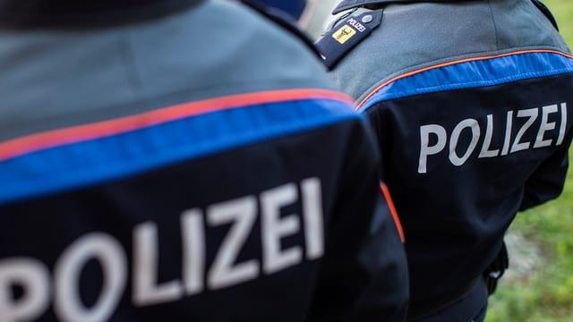Polizisten von hinten