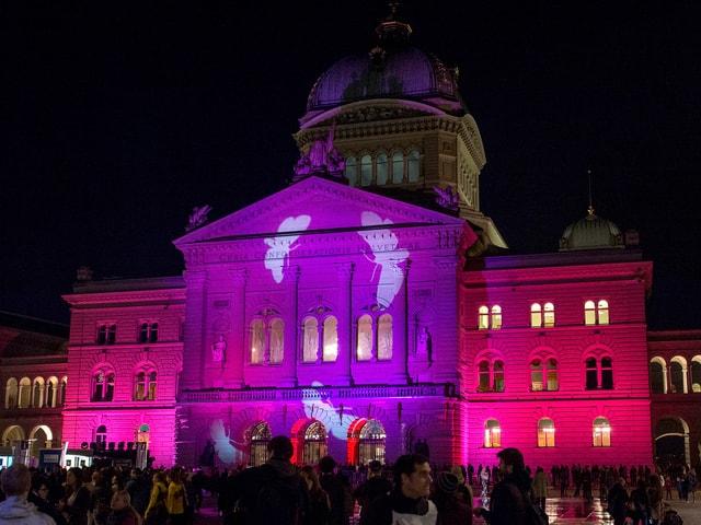 Die Fassade des Bundeshauses wird mit Farben inzseniert und beleuchtet.