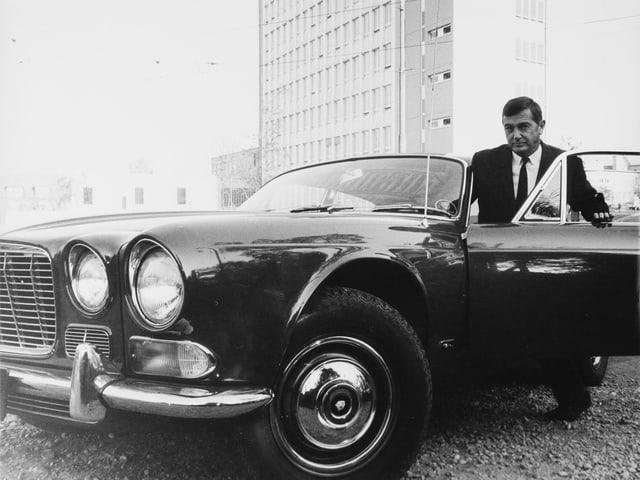 Sepp Renggli steigt in ein Auto ein.