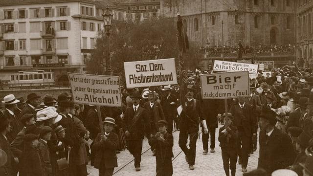 Demonstration gegen übermässigen Alkoholkonsum, mit Transparenten, schwarz-weiss Fotografie