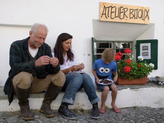Eine Familie isst Kastanien