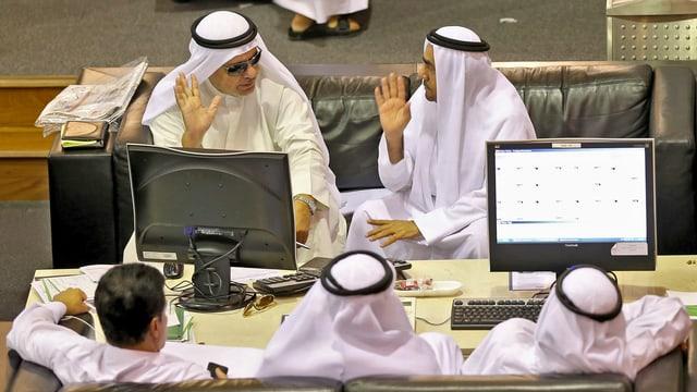 Mehrere Personen an der Dubaier Börse.