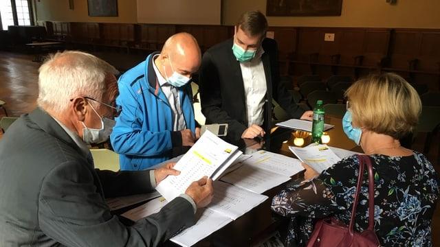 Schaffhauser Politiker mit Maske besprechen Wahlresultate