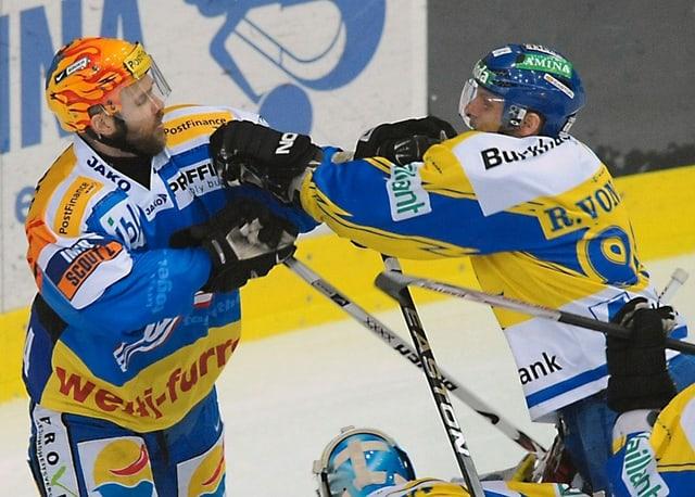 Klotens Topskorer Kimmo Rintanen und HCD-Leitwolf Reto von Arx geraten aneinander.