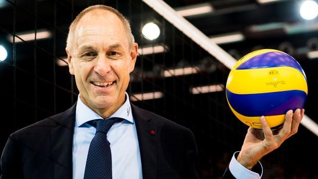 Werner Augsburger posiert mit Volleyball