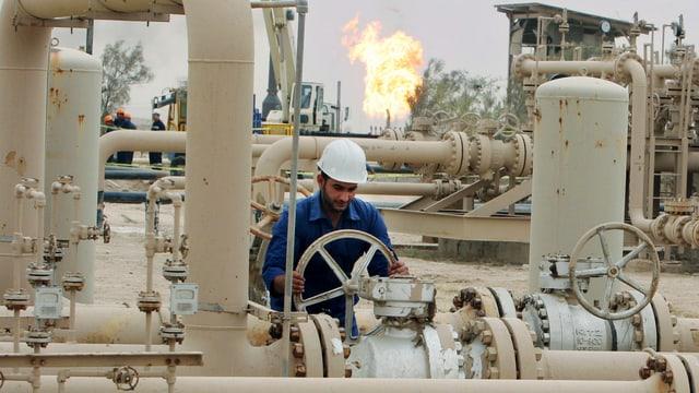 Ein Arbeiter öffnet eine Pipeline der irakischen Raffinerie bei Basra.
