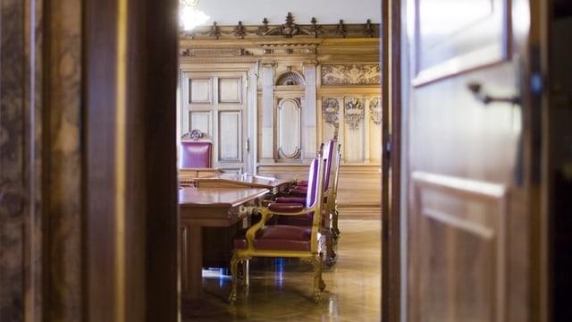 Blick ins Bundesratszimmer durch eine halbgeöffnete Türe.