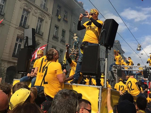 Fussballspieler in Gelb-Schwarz auf einem Umzugswagen.
