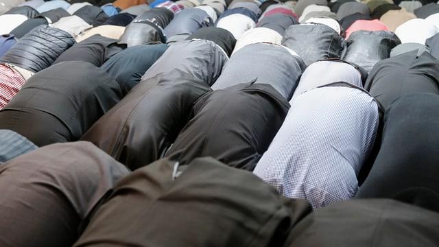 Betende Menschen in Schweizer Moschee.